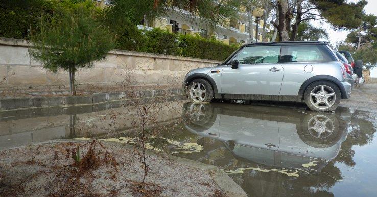 Überschwemmter Parkplatz