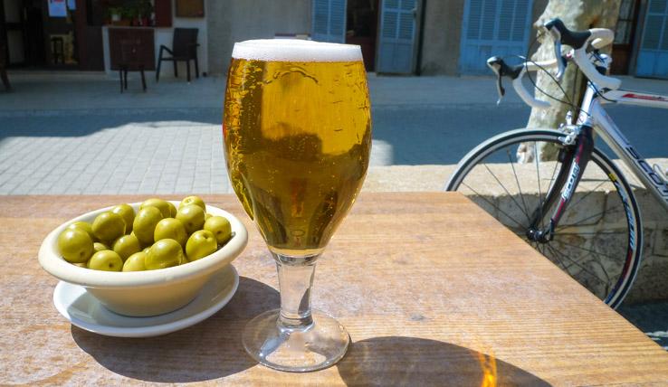 Bier und Oliven als Snack