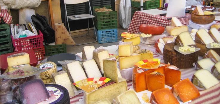 Marktstand mit Käse
