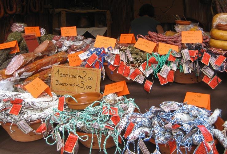 Marktstand mit Wurstwaren