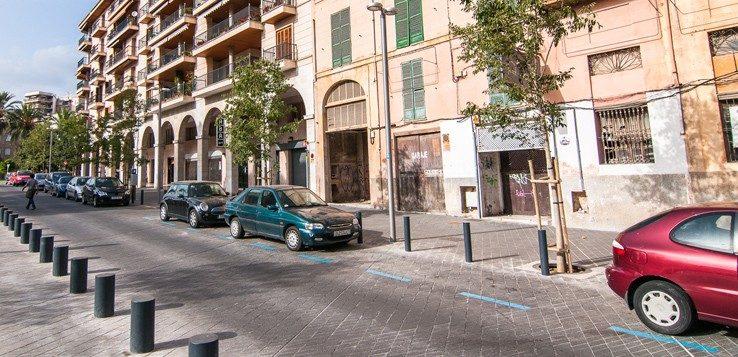 Parkplatz mit blauen Linien