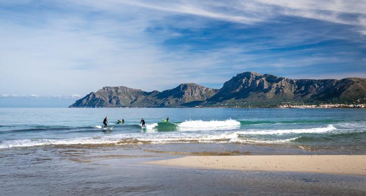 Surfen am Strand von Son Serra de Marina