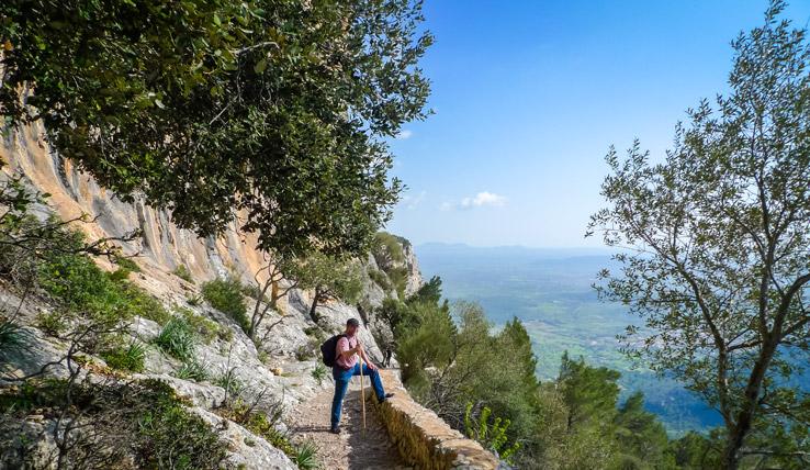 Wanderer auf dem Weg zum Castell d'Alaró